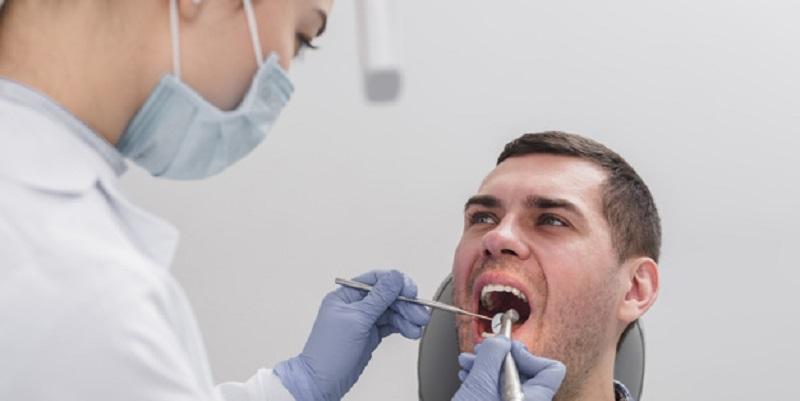 دستیار کنار دندانپزشک